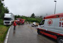 Criança e quatro adultos ficaram feridos em acidente entre carro e caminhão na Serra Dona Francisca