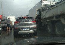 Engavetamento com oito veículos mata um motorista na BR-101 em Joinville