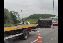 Carro capota e interrompe o trânsito em uma faixa da BR-101, em Araquari