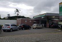 Guerra entre postos baixa preço da gasolina e provoca fila em Joinville