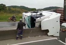 VÍDEO - Caminhão tomba na BR-101 em Araquari